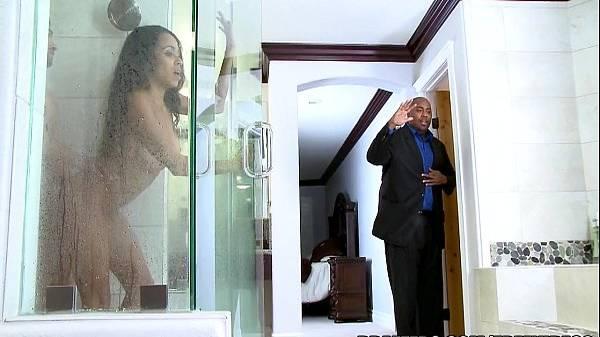 Novinha negra gostosa botou o motorista do pai rico dentro do seu banho escondido pra trepar