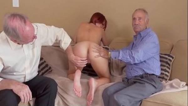 Novinha no sofá tirando a roupa e metendo sem dó com dois idosos