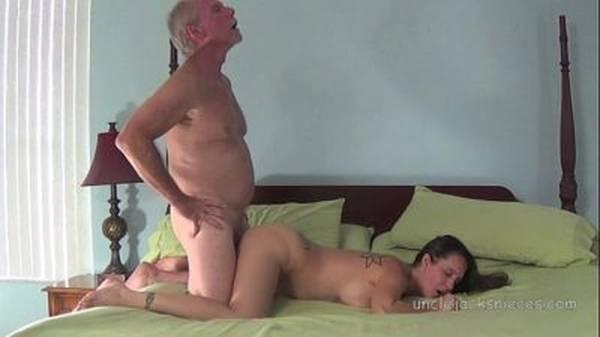 Novinha peituda dando pro amigo velho da mãe no hotel de luxo