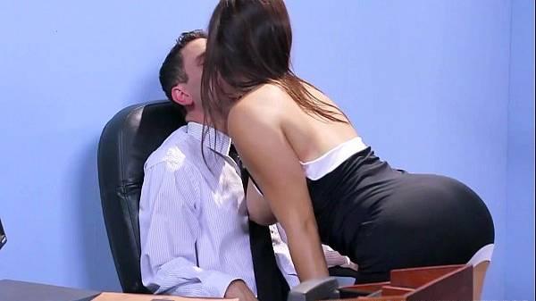 Novinha peituda e cuzuda de vestidinho colado seduz chefe com amiga por interesse