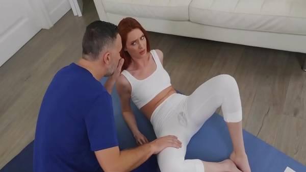 Novinha ruiva molha com buceta o legging branco com pai da amiga na massagem