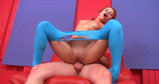 Novinha ruiva rasgou calça legging transparente azul pra levar pau