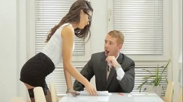 Novinha sexy fazendo sexo no escritório com o chefe
