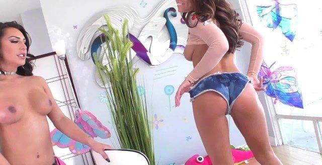 Novinha tirando o shortinho jeans e gemendo na vara da trans ativa