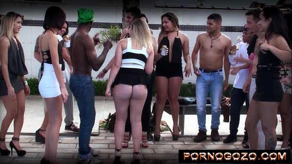 Novinhas e coroas brasileiras tiram os vestidinhos e faz putaria na piscina