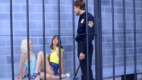 Novinhas lésbicas funkeiras fazem tesourinha de buceta na cela e dá pro policial