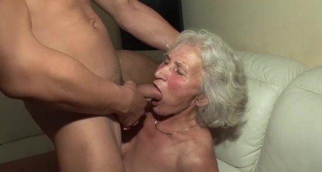 Novinho comendo a velha de 75 anos do melhor amigo bem gostoso