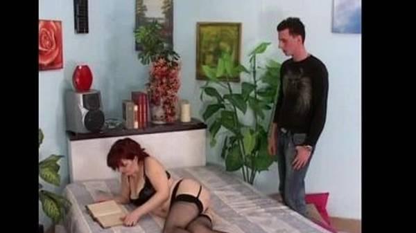 Novinho comendo o cú da tia ruiva prostituta