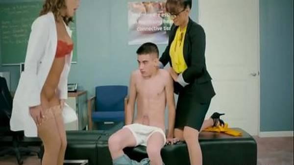 Novinho dotado comendo a professora e médica gostosa na escola