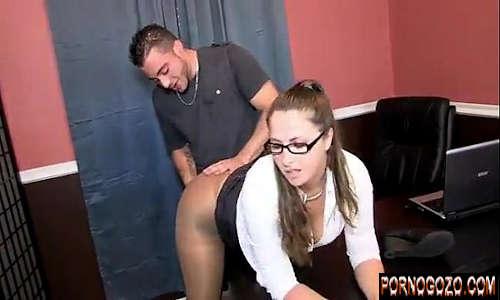 Novinho dotado tarado com coroas gostosas de escritório no sexo anal quente