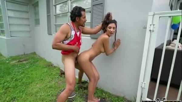 Padrasto e enteada fazendo sexo atrás da casa escondidos da mãe