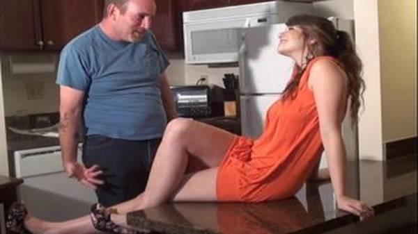 Pai come filha gostosinha realizando fantasia sem a mulher em casa