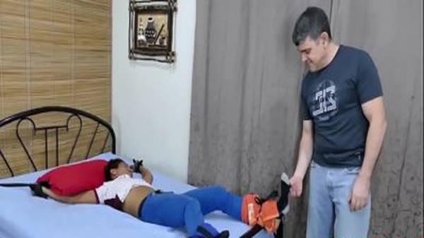 Papai coroa amarra filho novinho gay na cama e fode seu cú