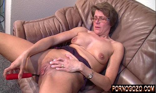 Pegando a coroa dona de casa amadora no flagra na masturbação no sofá querendo gozar