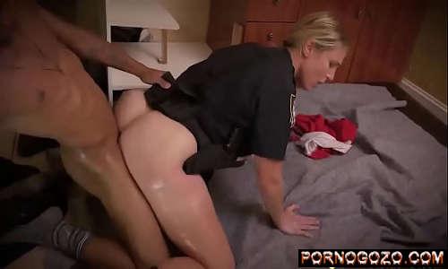 Policial loira gostosa do bundão branco macio transando com o meliante