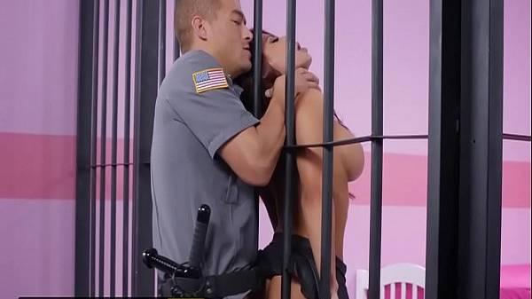 Policial travando a bandida gostosa de sainha curta na grade da prisão gostoso