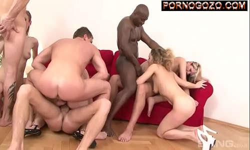 Porno 44 com amigos putos fazendo um suruba gostosa em cima do sofá e no chão