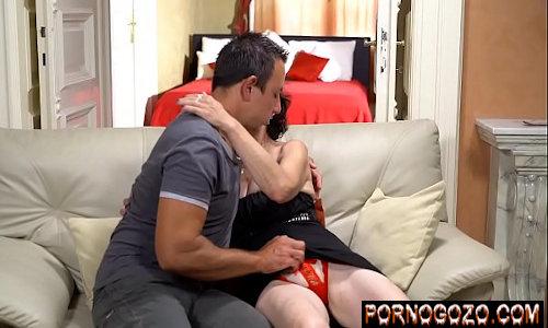 Porno HD de homem novo masturbando a xana da velha magrinha com calcinha vermelha