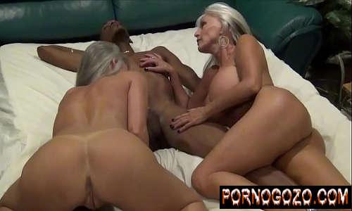 Porno com coroas gostosas velhas taradas acabando com novinho negro na cama