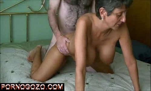 Porno safadas amadoras com velha peituda de 60 anos metendo muito