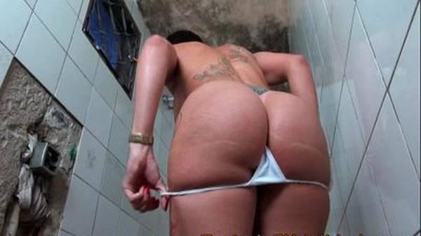 Prima gostosa brasileira tomando banho e chupando pau grosso do primo de quatro