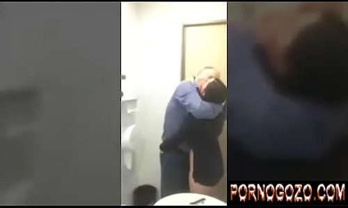Professor metendo na novinha sapeca no banheiro da faculdade
