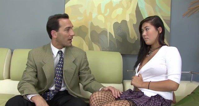 Professor particular não resistiu e comeu a aluna asiática rabuda em casa