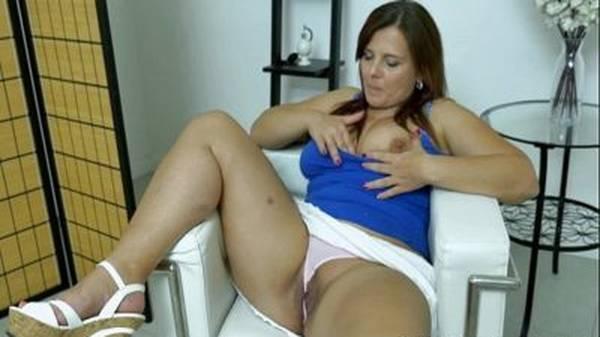 Professora gordinha gostosa se masturbando de calcinha em casa
