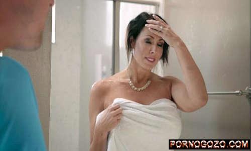 Reagan Foxx Mommy Got Boobs Milf cavala tirando a toalha pro garoto de casa PornoGozo
