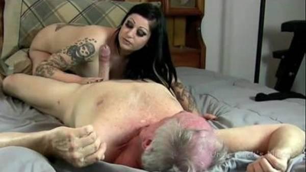 Real filha tatuada prostituta de luxo dando pro pai um velho coroa