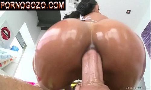 Rola grossa no cu da safada morena com óleo na agachada hardcore anal