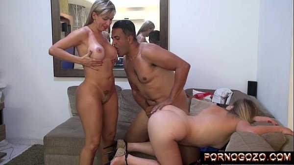 Safado chupando mãe e filha loiras brasileiras no sofá com muito tesão