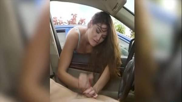 Safado dentro do carro novinha amadora tocando punheta na janela