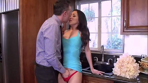 Safado metendo a mão dentro da calcinha vermelha da cunhada asiática na cozinha e trepando