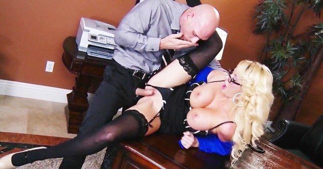 Secretária coroa gostosa loira muito sexy dando pro patrão na mesa