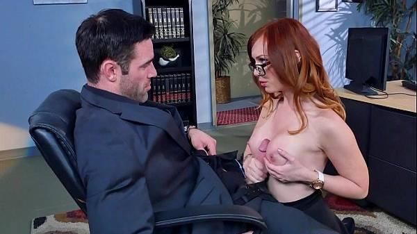 Secretária ruivinha de sainha faz espanhola pro chefe e dá de meias na sala