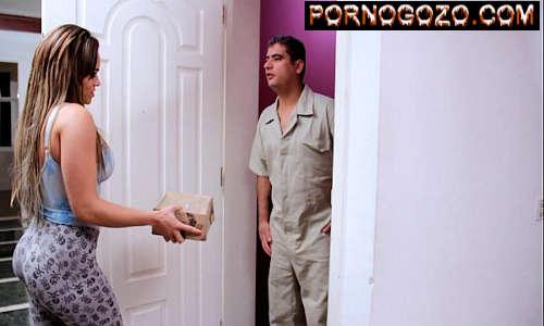 Seduzindo entregador casado com a bunda perfeita brasileira de calça legging socada PornoGozo