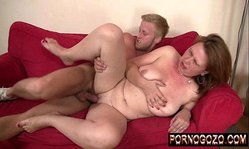 Senhoras do sexo amador caseiro madura peituda enchendo a cara de cerveja e dando gostos no sofá pro jovem sedutor