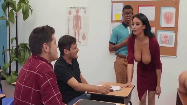 Sexóloga da aula na classe e bota garotos novinhos para praticar com a safada