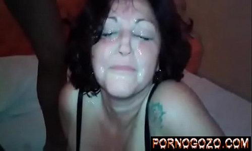 Sexo com a coroa amadora vadia dando boquete para dois negros levando gozadas na cara de puta