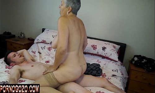 Sexo com a mãe coroa boazuda dando pro filho que mete muito