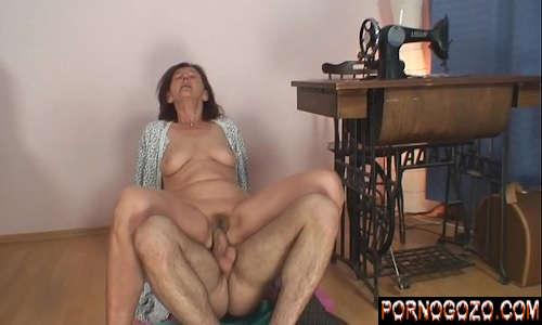 Sexo com jovem comendo a costureira velha safada peluda amiga da mãe
