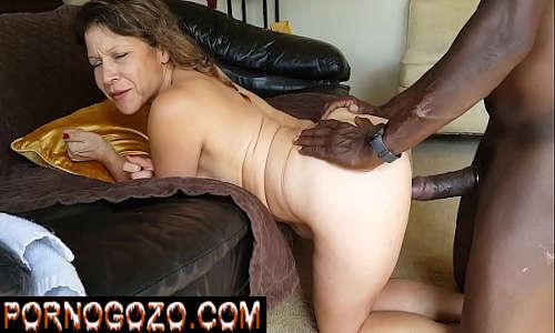 Sexo com negão bem dotado fudendo muito a coroa puta boazuda de quatro