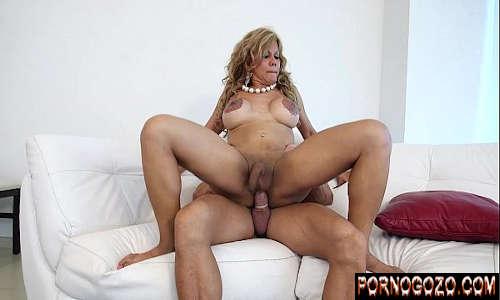 Sexo e porno com traveca coroa gostosa de peitões grandes metendo muito com novinho