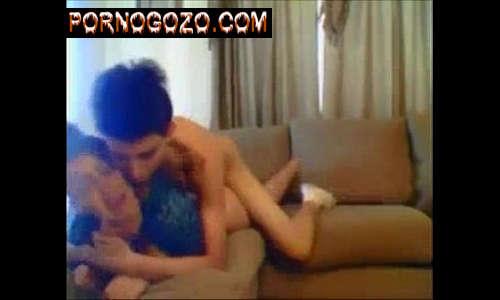 Sexo gostoso entre casal de adolescentes amadores magrinho fudendo a irmã no sofá sem camisinha