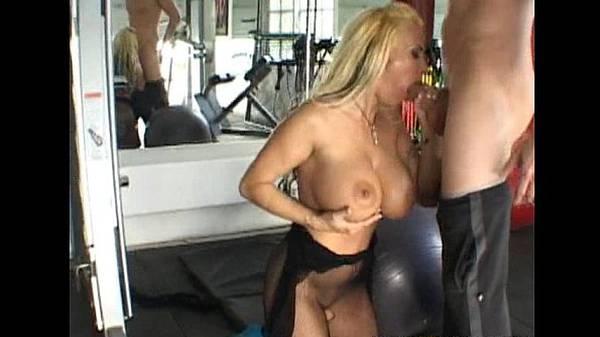 Sexo na academia com loira dos peitão no boquete dando a buceta e o cú
