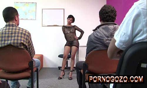 Sexo na sala de aula com professora dando para o aluno novato PornoGozo