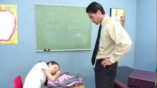 Sexo na sala de aula professor passando a rola na aluna japonesa