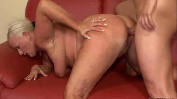 Sexo no sofá com loira coroa gostosa tomando no cú