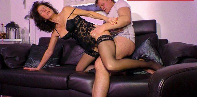 Sexo selvagem no sofá com amiga madura da minha mulher de lingerie